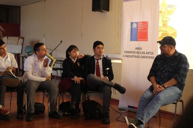 Escritor Patricio Jara junto a estudiantes de liceo Técnico de Antofagasta