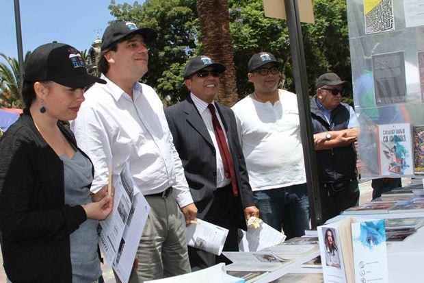 Autoridades regionales y organizadores recorriendo feria