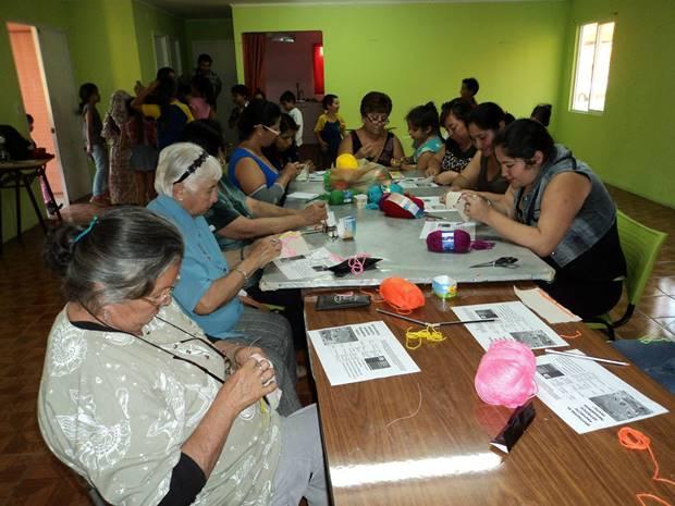 Numerosas vecinas del sector sur de Tocopilla participan del taller impartido por artista Max Sepúlveda.