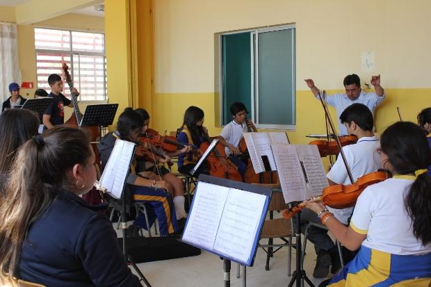 Director orquesta Calama mi Sol con alumnos orquesta EDA