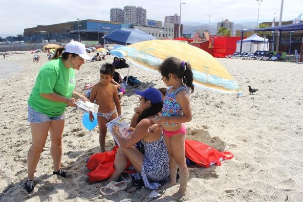 Equipo del Consejo de la Cultura entregó libros en playa Paraíso