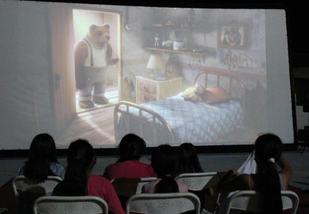 Menores viendo cortometraje Historia de un Oso