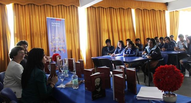 Estudiantes liceo La Chimba expectantes por entrega de libro de Jorge Baradit