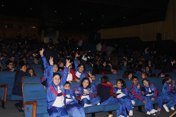 Estudiantes felices en función de Pinocchio