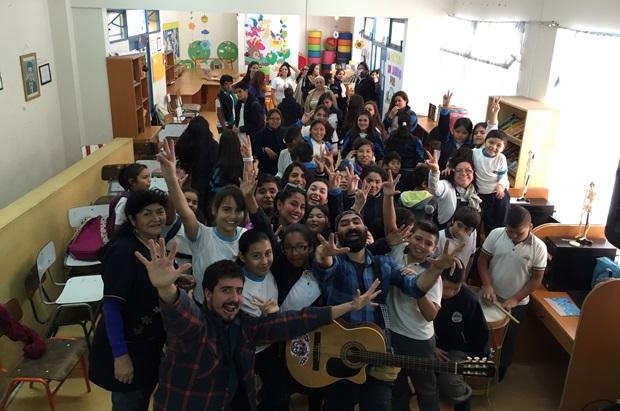 Juan Ayala con estudiantes escuela Elmo Funez