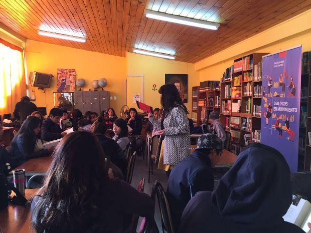 Estudiantes recibieron felices libro Antipop de Patricio Jara.