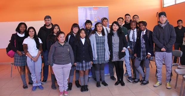 Patricio Jara con estudiantes Liceo Radomiro Tomic