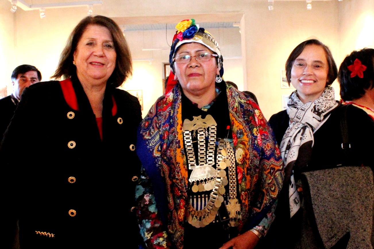 Mirenchu Beitía, Gobernadora de Cachapoal ; Delfina Curihuinca de Agrupación Folil Mapu y Ximena Nogueira, Directora Regional del CNCA de O'Higgins