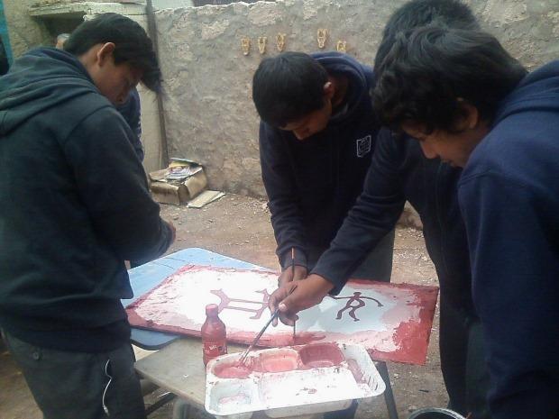 Estudiantes de Chiu-Chiu en taller recreación Arte Rupestre