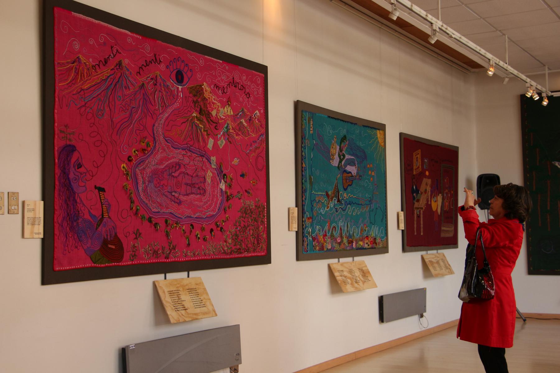 """En la Universidad de La Frontera inauguran exposición textil """"Las Estaciones de la Violeta"""""""