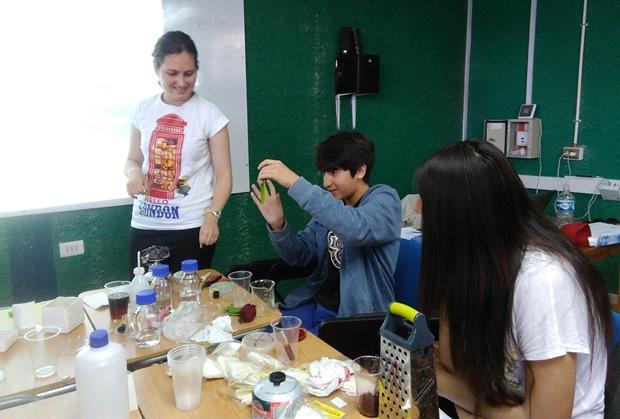 Niños y niñas participando de laboratorio de Microarte