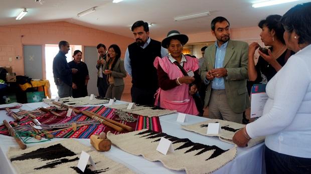 Autoridades conociendo resultado de taller textileria ancestral