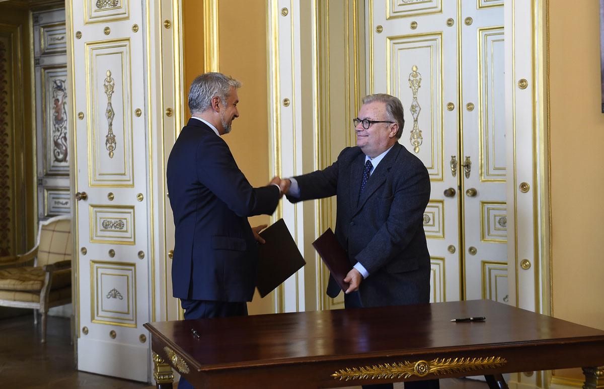 FOTO: Los Ministros de Cultura de Chile, Ernesto Ottone, y de Portugal, Luís Filipe de Castro, firman en Lisboa un acuerdo bilateral de cooperación en el marco de la visita oficial encabezada por la Presidenta de Chile, Michelle Bachelet.