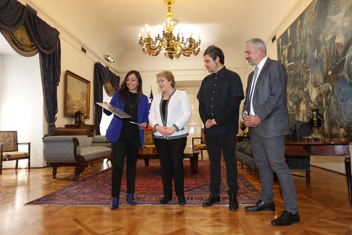Presidenta Bachelet se reúne con nietos de Violeta Parra y anuncia cinco mil descargas gratuitas del disco Las últimas composiciones