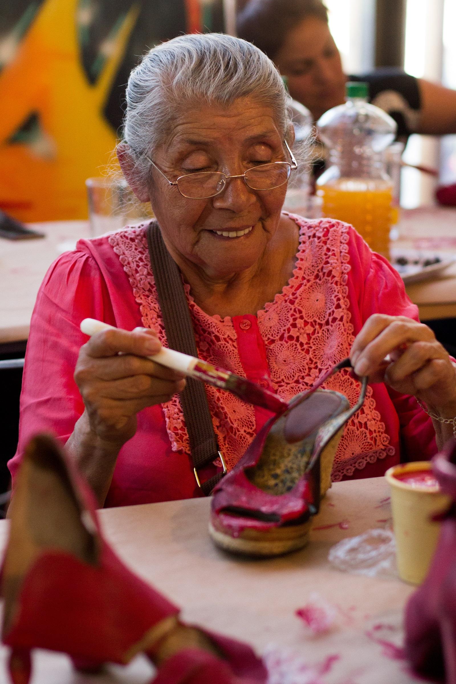 3d888163 Pintura previa a la instalación Zapatos Rojos en Centro Cultural Violeta  Parra
