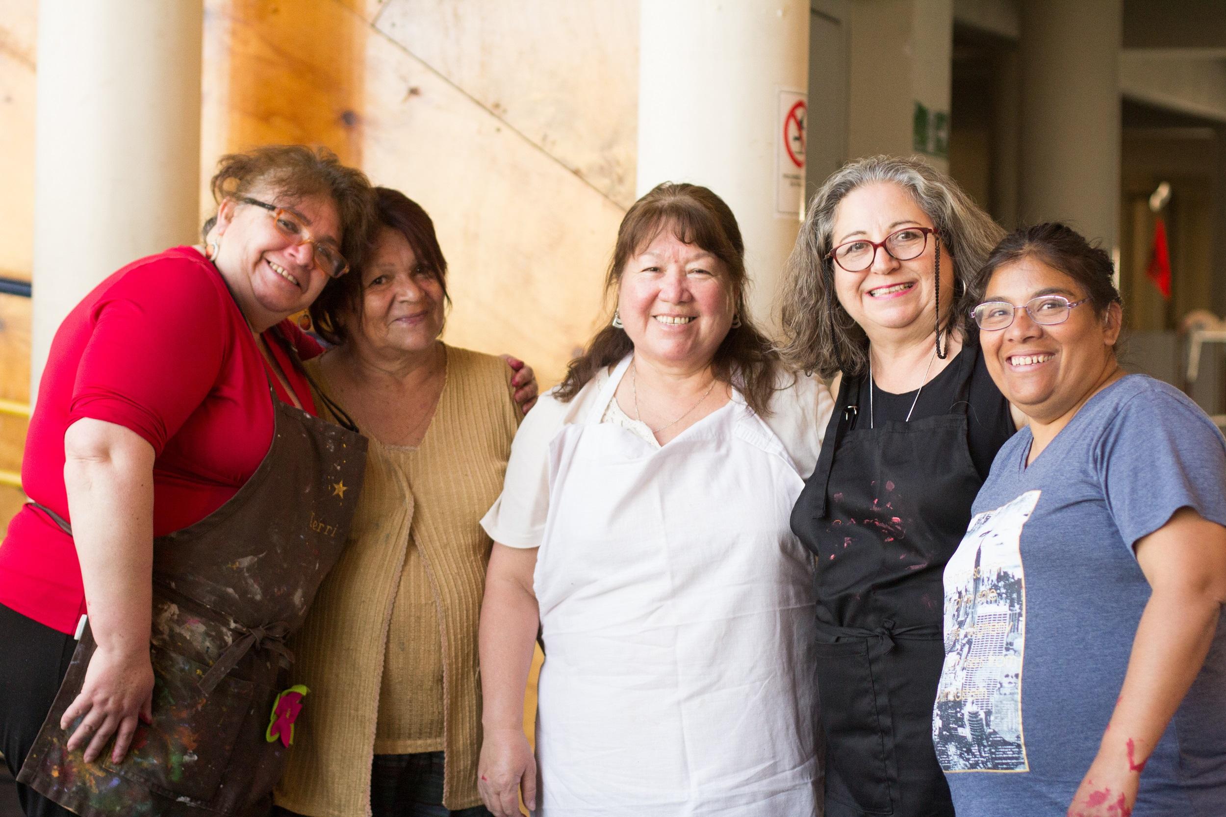 e3f07cc0 Elina Chauvet junto a mujeres que pintaron zapatos en el Centro Cultural  Violeta Parra.