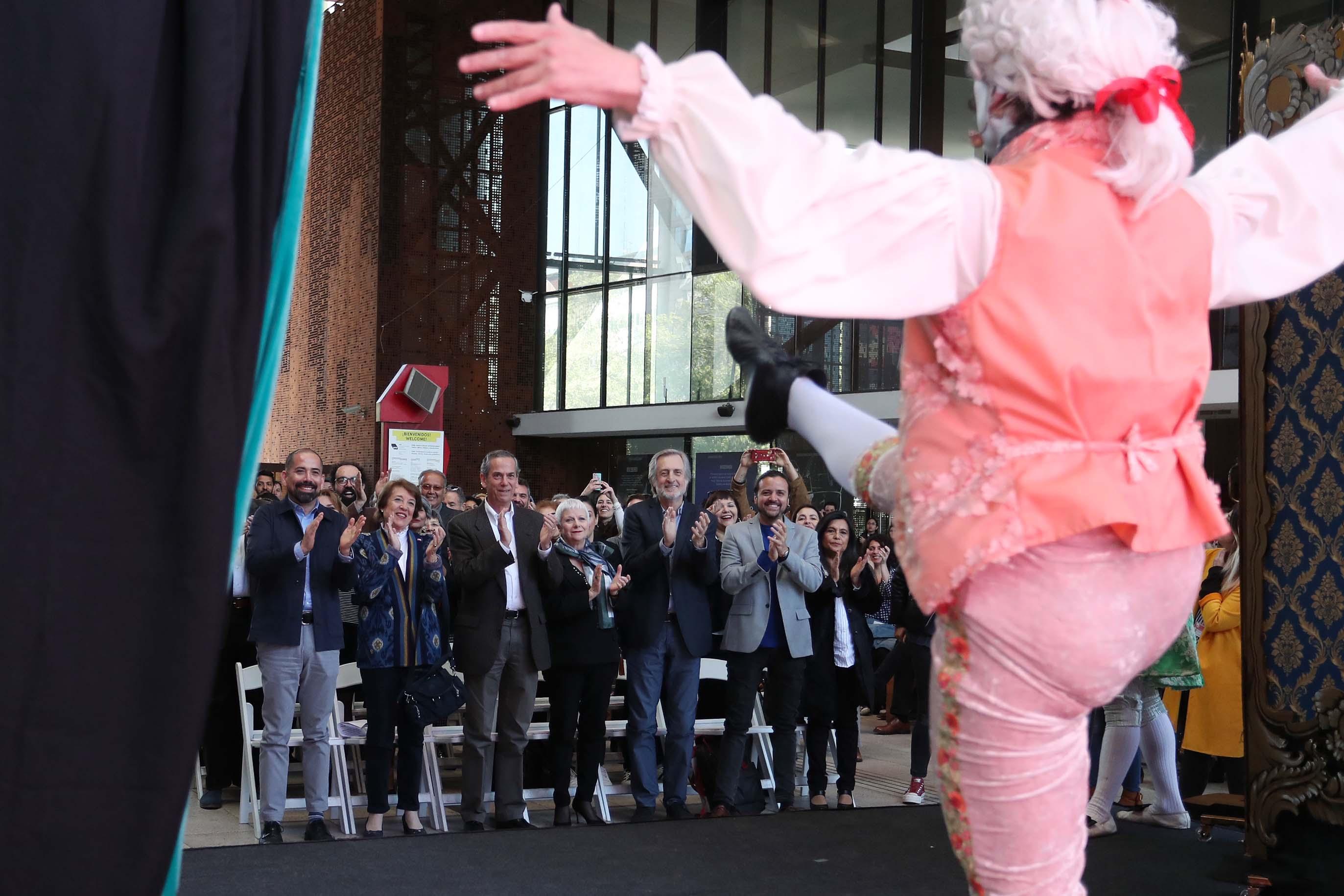 Ministra de las Culturas y artistas chilenos celebran la promulgación de la Ley de Fomento a las Artes Escénicas