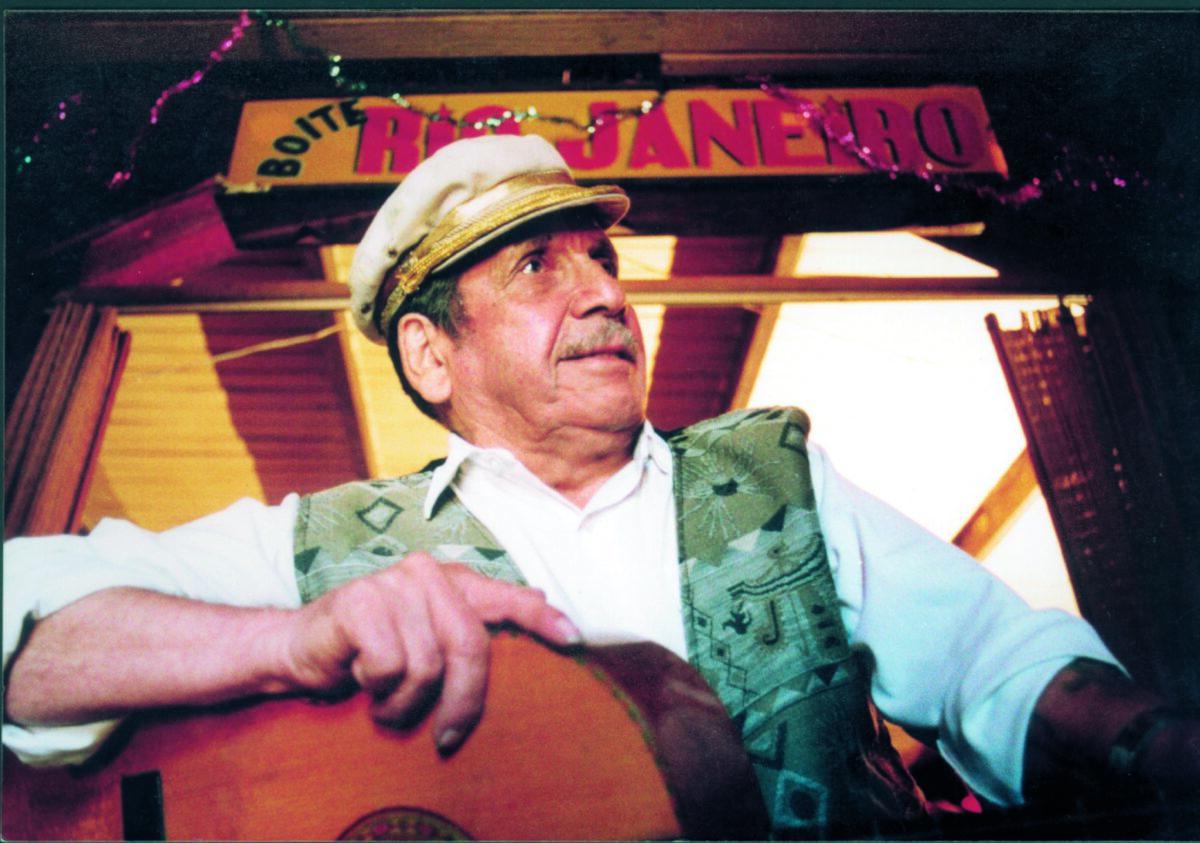 Gentileza Corporación Tío Roberto. Foto en la Boite Río de Janeiro en San Antonio, parte del documental Prontuario de Roberto Parra, estrenado en 1996