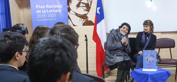 Alumnos del Liceo de Maipú con la escritora Alejandra Costamagna
