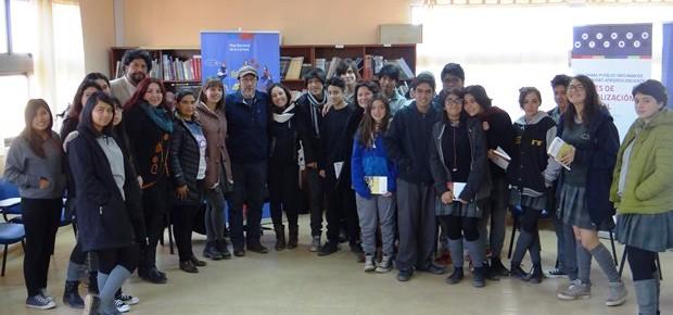 Elicura Chihuailaf con estudiantes liceo Lickan Antay