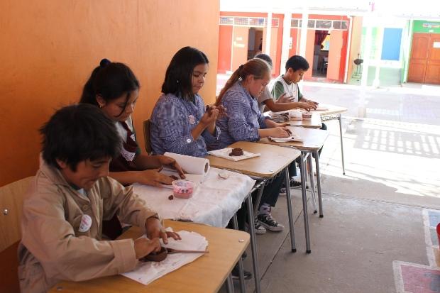 Con taller de alfareria atacamena estudiantes de Baquedano celebraron Día del Patrimonio del nino y la niña